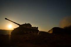战争概念 与在战争雾天空背景,世界大战在多云地平线下的战士剪影的军事剪影场面战斗在 图库摄影