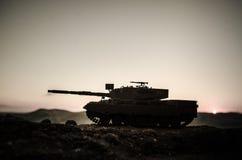 战争概念 与在战争雾天空背景,世界大战在多云地平线下的战士剪影的军事剪影场面战斗在 库存图片
