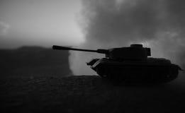 战争概念 与在战争雾天空背景,世界大战在多云地平线下的战士剪影的军事剪影场面战斗在 免版税图库摄影