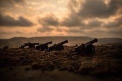 战争概念 老火炮大炮在战争雾天空背景开枪 库存图片