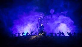 战争没有正义概念 与场面和正义战斗的雕象在黑暗的被定调子的有雾的背景的军事剪影 图库摄影