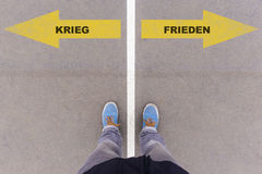 战争的Krieg/Frieden德国文本或和平在沥青地面, 免版税图库摄影