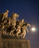 战争纪念建筑和月光 免版税库存图片
