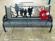 战争纪念建筑的长凳 免版税库存图片