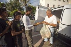 战争难民得到人道主义援助-面包 免版税库存照片