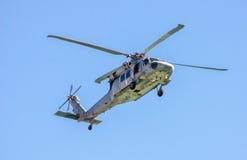 战争直升机在飞行中在天空中 免版税图库摄影