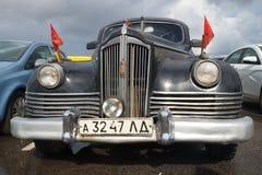 战后苏联行政汽车ZIS-110的前面部分1945年特写镜头 减速火箭的汽车节日在Kronstadt 免版税库存照片