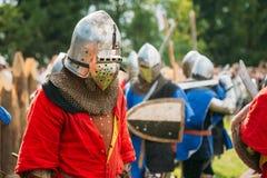 战士中世纪文化节日的骑士参加者  库存照片