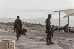 战士为安全以军军事演习巡逻在堡垒Massada的废墟的清早 免版税库存照片