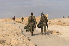 战士为安全以军军事演习巡逻在堡垒Massada的废墟的清早 免版税库存图片
