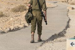 战士为安全以军军事演习巡逻在堡垒Massada的废墟的清早 库存图片