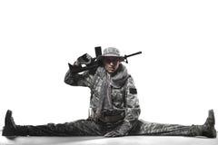 战士人举行在白色背景的机枪 图库摄影