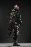 战士人举行在黑暗的背景的机枪 图库摄影