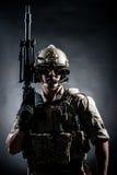 战士人举行机枪样式时尚 免版税库存图片