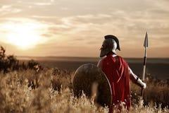 战士佩带的铁盔甲和红色斗篷 免版税图库摄影