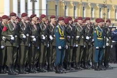 战士俄罗斯的33支旅团内部队伍等级的在游行前排练以纪念胜利天 St Petersb 图库摄影