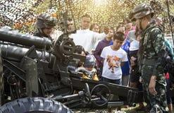 战士军队展示对人的教规武器孩子天节日的 免版税库存图片