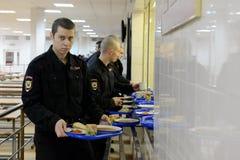 战士吃午餐在军用餐具 免版税库存图片