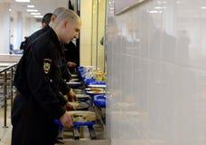 战士吃午餐在军用餐具 免版税库存照片