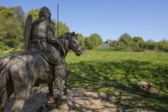 战士在争斗修道院在马背上雕刻 免版税库存照片