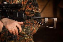 战士在他的手上拿着一杆枪 免版税库存图片
