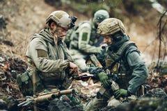 战士在冬天森林守卫他的位置 免版税库存照片