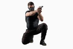 战士在白色隔绝的射击枪 免版税库存照片