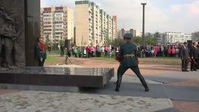 战士在纪念碑的位置花 4K 股票录像