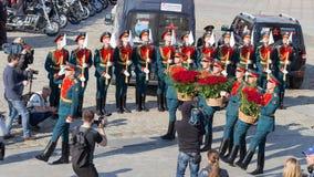 战士在胜利公园,莫斯科放花 免版税库存图片