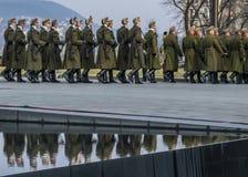战士在议会议院前面前进在3月15日军事游行期间在布达佩斯,匈牙利 库存照片
