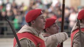 战士在5月9日特写镜头的游行前进在慢动作射击