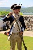 战士填装的武器,堡垒Ticonderoga,纽约的再制定, 2014年 免版税库存照片
