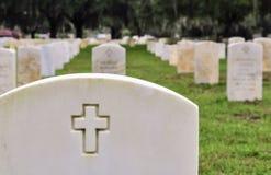 在一个国家公墓的战士墓碑 库存照片