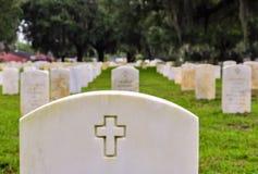 在一个国家公墓的战士墓碑 免版税库存图片