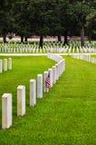 在一个国家公墓的战士墓碑 免版税库存照片