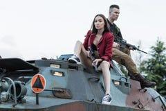战士夫妇坐坦克 免版税库存图片