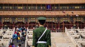 战士守卫在至尊和谐的霍尔,北京 免版税库存图片