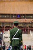 战士守卫在至尊和谐的霍尔,北京 库存照片