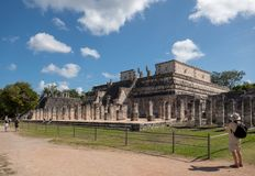 战士寺庙的侧视图奇琴伊察玛雅废墟的在墨西哥 免版税库存图片