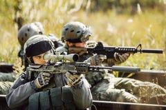 战士射击在从武器的一个目标 免版税库存照片