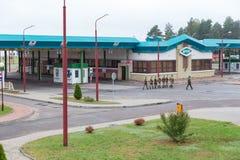战士小队将守卫白俄罗斯语擦亮剂边界线 免版税库存照片