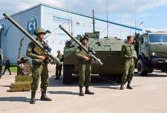 战士展示军用设备 免版税库存照片