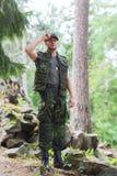 年轻战士或别动队员在森林里 免版税图库摄影