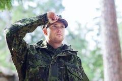年轻战士或别动队员在森林里 免版税库存照片