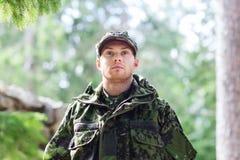 年轻战士或别动队员在森林里 库存图片