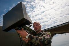 战士提出电子火箭发射器 库存照片