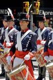 战士服装游行的人 免版税库存照片