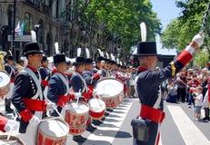 战士服装游行的年轻未认出的人 免版税库存照片