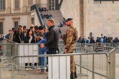 战士监测并且控制游人在米兰C入口  库存照片