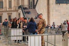 战士监测并且控制游人在米兰C入口  库存图片